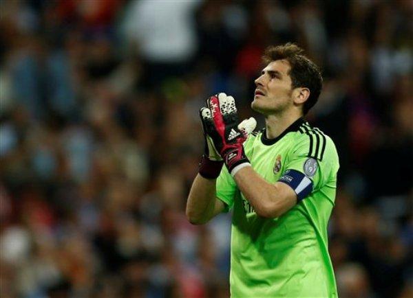 El portero del Real Madrid Iker Casillas reacciona durante el partido ante Bayern Munich en las semifinales de la Liga de Campeones el miércoles 23 de abril de 2014. (AP Foto/Andres Kudacki)