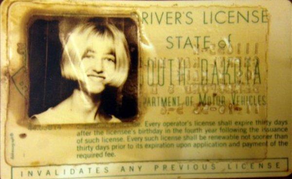 Foto sin fecha proporcionada por el gobierno de Dakota del Sur, de la licencia de conducir de Cheryl Miller. Ella y Pamella Jackson, ambas de 17 años, se dirigían a una fiesta en mayo de 1971 cuando su vehículo cayó un arroyo. Fue hasta el otoño pasado, cuando una sequía dejó al descubierto su automóvil, dijeron las autoridades el martes 15 de abril de 2014 . (Foto AP/Oficina del Secretario de Justicia Dakota del Sur)