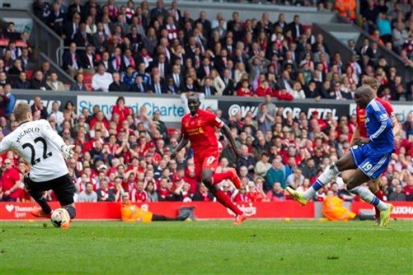 Demba Ba, del Chelsea, anota contra Liverpool durante un partido de la Liga Premier inglesa en Anfield, en Liverpool, Inglaterra, el domingo 27 de abril de 2014. El Chelsea ganó 2-0. (AP Foto/Jon Super)