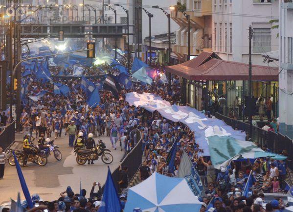 Guayaquil 28 de Abril del 2014. Hinchas de Emelec celebraron con un rrecorrido por la cuidad los 85 años de fundación del club. Foto: Marcos Pin / API