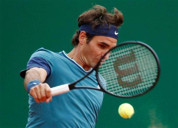 Roger Federer durante un encuentro con Radek Stepanek en el Masters de Montecarlo el 16 de abril del 2014. El tenista está preparado para saltearse algunos torneos para acompañar a su esposa cuando tengan su tercer hijo en los próximos meses.  (AP Foto/Michel Euler)