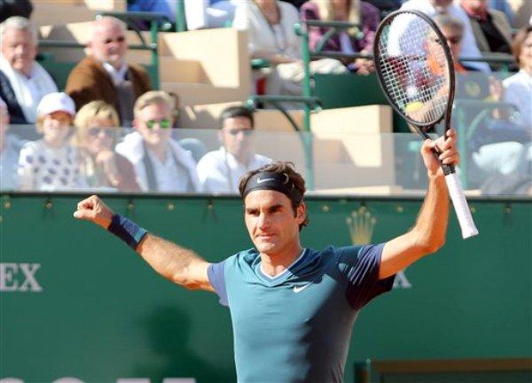 Roger Federer celebra su victoria sobre Novak Djokovic en semifinales del Masters de Montecarlo el sábado 19 de abril del 2014. (AP Foto/Claude Paris)