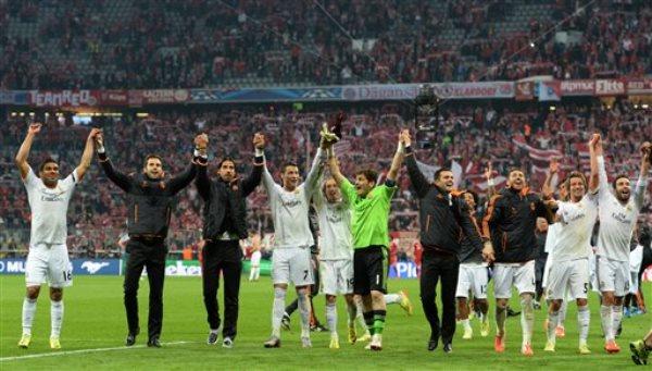 Los jugadores del Real Madrid festejan tras eliminar a Bayern Munich y avanzar a la final de la Liga de Campeones el martes, 29 de abril de 2014, en Munich, Alemania. (AP Photo/Kerstin Joensson)