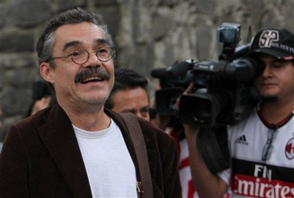 Gonzalo García, izquierda, hijo del escritor colombiano y Nobel de literatura Gabriel García Márquez, habla con la prensa afuera del hospital donde su padre está siendo atendido, en la Ciudad de México, el sábado 5 de abril de 2014. (Foto AP/Marco Ugarte)