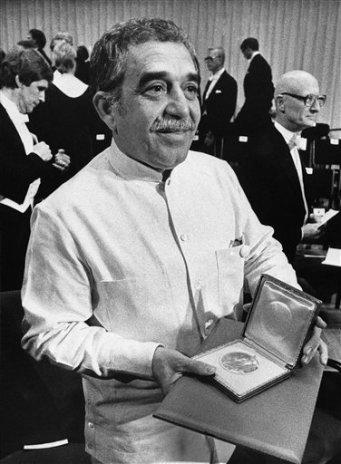 Gabo muestra el Nobel. AP