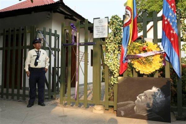 Una corona de flores decora la entrada al Museo Gabriel García Márquez, en la casa donde nació el escritor en Aracataca, Colombia, el viernes 18 de abril del 2014. García Márquez murió el jueves en la Ciudad de México. Tenía 87 años. (AP Foto/Ricardo Mazalan)