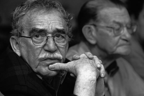 El premio Nobel de Literatura Gabriel García Márquez en una fotografía en Monterrey, México, en una fotografía de 2003 proporcionada por la Fundación Nuevo Periodismo Iberoamericano. Detrás de García Márquez se encuentra el periodista colombiano Jose Salgar. (Foto AP/FNPI)