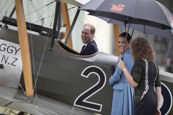 El príncipe Guillermo ocupa el lugar del piloto en un avión biplano clásico Sopwith Pup mientras lo acompaña su esposa, Kate, al centro, durante un recorrido por el museo Centro Herencia de Aviación Omaka en Blendheim, Nueva Zelanda, el jueves 10 de abril de 2014. (AP Foto/Tim Cuff)