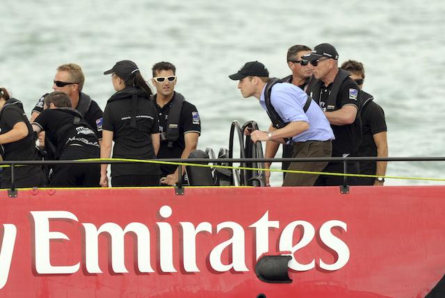 El príncipe británico Guillermo conduce un velero durante una competición contra su esposa, Kate, duquesa de Cambridge, que iba en otro velero en el puerto de Waitemata en Aukland, Nueva Zelanda, el viernes 11 de abril de 2014. (AP Foto/SNPA, Ross Setford)