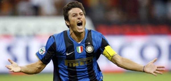 Inter Milan's Javier Zanetti celebrates after scoring a penalty against AS Roma during their Italian Supercup soccer match at the San Siro Stadium in Milan, northern Italy August 24, 2008. REUTERS/Giampiero Sposito (ITALY)