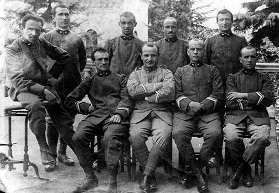 Una foto sin fecha de Roncalli, sentado, tercero desde la derecha, durante su tiempo como capellán militar en la Primera Guerra Mundial. AP/Luigi Felici