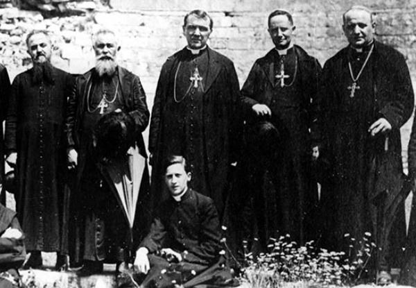 Roncalli, a la derecha, en una foto sin fecha durante su época de nuncio en Istambul. AP