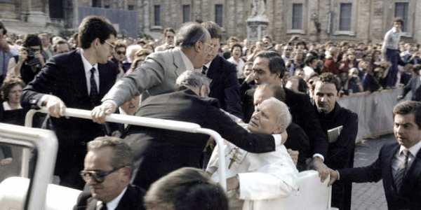 El papa Juan Pablo II en la Plaza de San Pedro el 13 de mayo de 1981, tras ser víctima de un atentado.