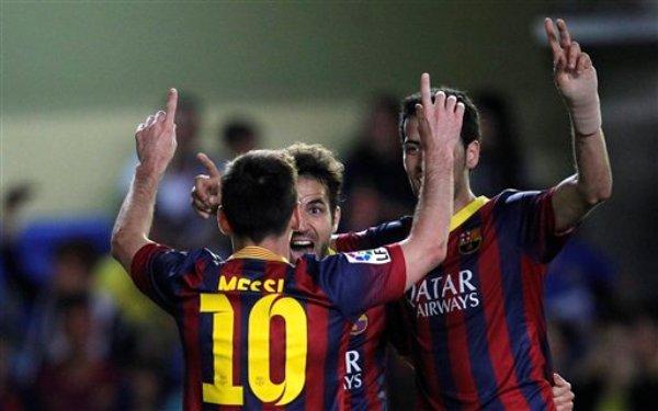El argentino Lionel Messi festeja con Cec Fábregas, su compañero del Barcelona, luego de anotar frente al Villarreal en un partido de liga realizado el domingo 27 de abril de 2014 (AP Foto/Alberto Saiz)