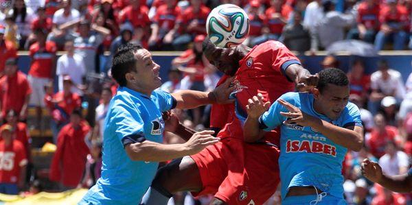 QUITO 13 DE ABRIL DEL 2014. Nacional vs Manta, En la foto Carlos Tenorio (Nacional), Santiago Calle y Alexander Sierra (Manta)l. FOTOS API / JUAN CEVALLOS.