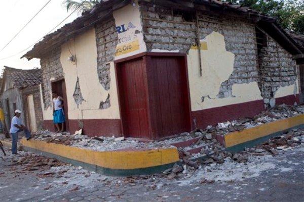 Dos hombres conversan afuera de una vivienda dañada por un sismo en Nagarote, Nicaragua, el viernes 11 de abril de 2014. El Gobierno de Nicaragua mantiene el sábado 12 de abril la alerta roja que decretó desde el jueves luego que un terremoto de magnitud de 6,1 y miles de réplicas sacudieran diversas partes del país. (Foto AP/Esteban Félix)
