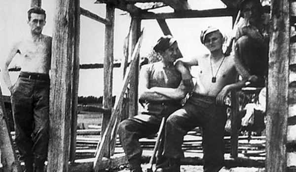 Wojtyla, segundo desde la derecha, a sus 19 años, durante la construcción de un campamento militar a el oeste de Ucrania, que entonces era parte del este de Polonia.