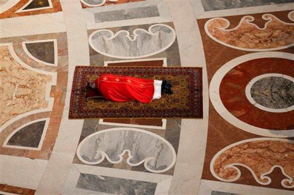 El papa Francisco yace postrado en oración antes de presidir la liturgia de la Pasión del Viernes Santo, en la Basílica de San Pedro, en el Vaticano el viernes 18 de abril de 2014. (Foto AP/Stefano Rellandini, Pool)