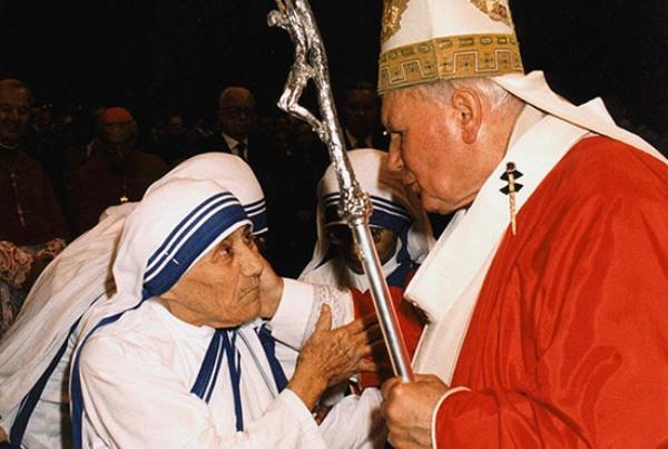 El papa Juan Pablo II toca el rostro de la Madre Teresa de Calcuta en la Basílica de San Pedro en el Vaticano el 29 de junio de 1997. Pocos meses después fallecería la Madre Teresa. AP/Arturo Mari