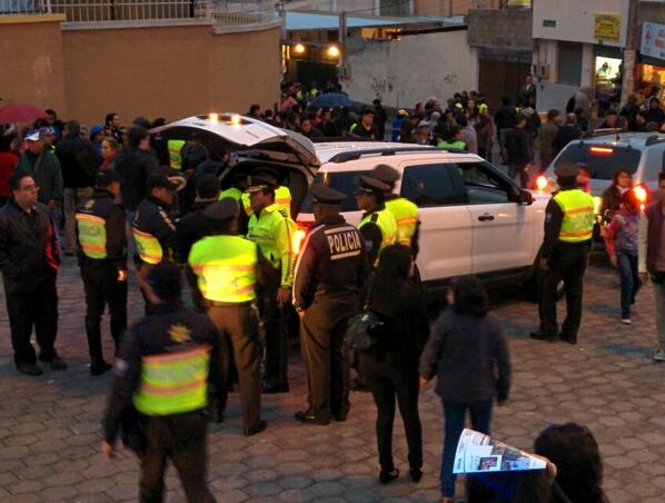 Policias revisan los autos en las entradas a Suite para evitar el ingreso de alcohol