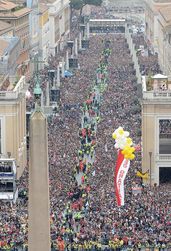 Vista aérea de la Plaza de San Pedro, que muestra cientos de miles de peregrinos y turistas durante la histórica ceremonia de canonización del Papa Juan Pablo II y el Papa Pablo XXII en una misa al aire libre en la Ciudad del Vaticano, 27 abril de 2014. EFE / EPA / MAURIZIO BRAMBATTI