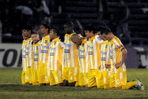 Los jugadores de The Strongest de Bolivia se arrodillan en la cancha durante la tanda de penales que el equipo perdió el martes 29 de abril de 2014 ante Defensor Sporting de Uruguay en la Copa Libertadores (AP Foto/Matilde Campodonico)