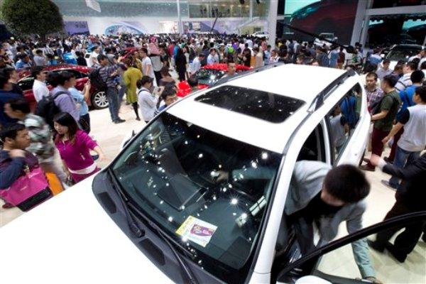 Visitantes a la muestra de automóviles de Beijing revisan los autos de la marca Toyota el miércoles 23 de abril de 2014. (Foto de AP/Alexander F. Yuan)