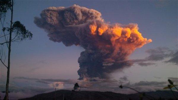 Una columna de ceniza es expulsada del volcán Tungurahua, en Ambato, Ecuador, el viernes 4 de abril de 2014. El volcán emitió una gran columna de ceniza luego de una poderosa explosión que envió material ígneo por sus costados norte y noroeste. (Foto de AP)