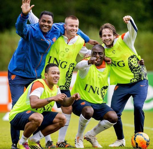 El segundo entrenador de la selección holandesa de fútbol, Patrick Kluivert (izda), posa con los jugadores Memphis Depay, Jordy Clasie, Bruno Martins Indi y Daley Blind (izda a dcha), durante el entrenamiento del equipo en Hoenderloo, Holanda, el 8 de mayo del 2014. EFE