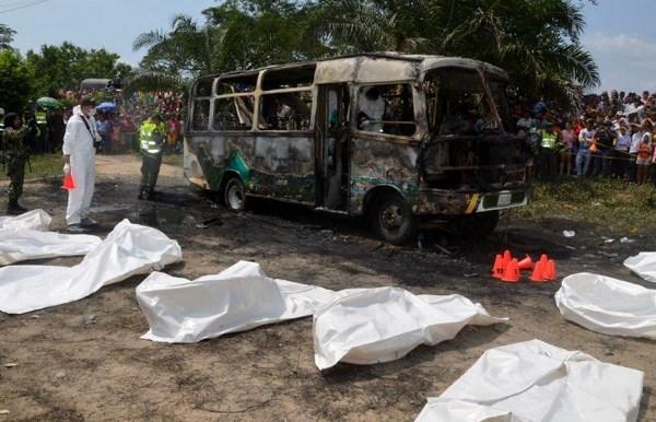 El-incendio-de-un-autobús-deja-al-menos-32-muertos-en-Colombia-en-su-mayoría-niños