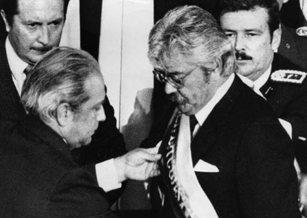 10 de agosto de 1984. El presidente del Congreso Nacional pone la banda presidencial al Presidente electo, León Febres Cordero.