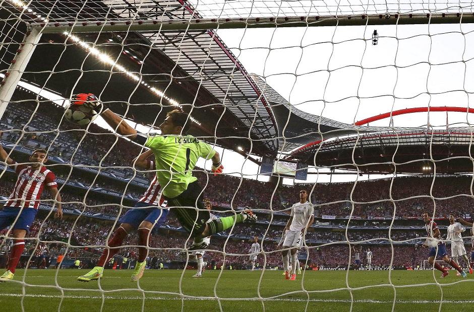 Diego Godín, del Atlético de Madrid, mete el primer gol al arquero Ilker Casillas, del Real Madrid. (Lisboa, Liga de Campeones) EFE/EPA/HUGO DELGADO