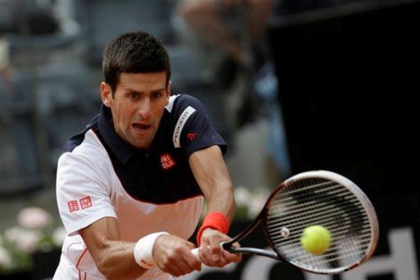 El serbio Novak Djokovic devuelve una pelota ante Radek Stepanek en el Masters de Roma el martes, 13 de mayo de 2014. (AP Photo/Alessandra Tarantino)