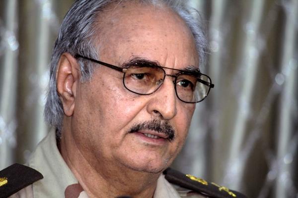 En esta foto del 17 de mayo del 2014 se ve al general libio Khalifa Hifter ofrreciendo una conferencia de prensa en Benghazii. Fuerzas leales al general disidente atacaron el domingo 18 de mayo del 2014 el parlamento nacional, poniendo en desbandada a los legisladores. Su vocero dijo que el ataque fue contra islamistas que protegen a las milicias extremistas que están plagando la nación.(AP Foto/Mohammed el-Shaiky)