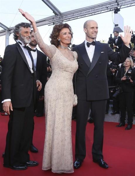 Sofía Loren (c) y su hijo, el director italiano Edoardo Ponti (d), posan para los fotógrafos.