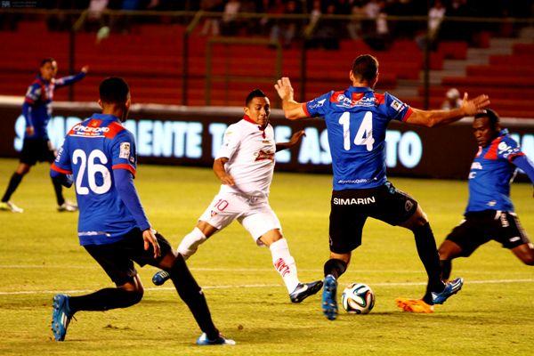 Quito, 10 DE MAYO DE 2014.- En el estadio  Casa Blanca Liga deportiva Universitaria de Quito recibe al Deportivo Quito, en el clásico capitalino    FOTO API / JAVIER CAZAR