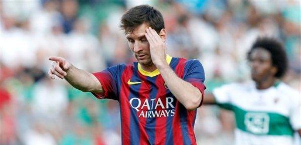 El delantero argentino del Barcelona Lionel Messi tras desperdiciar una oportunidad de gol ante el Elche en la liga de España el domingo 11 de mayo de 2014. (AP Foto/Alberto Saiz)