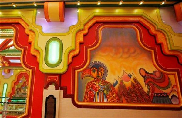 Decoración con motivos indígenas de una de las minimansiones que están surgiendo en El Alto, la enorme barriada pobre pegada a La Paz, Bolivia. Foto del 8 de mayo del 2014. (AP Photo/Juan Karita)