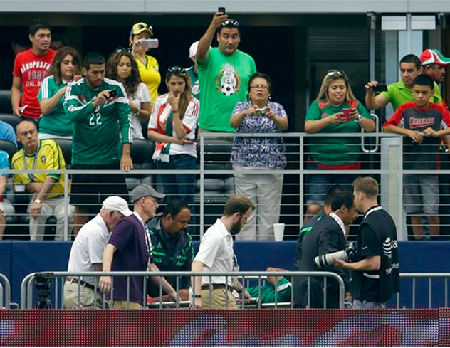 El jugador de la selección de México, Luis Montes, es sacado en camilla tras lesionarse en un amistoso contra Ecuador el sábado, 31 de mayo de 2014, en Arlington, Texas. (AP Photo/Tony Gutierrez)