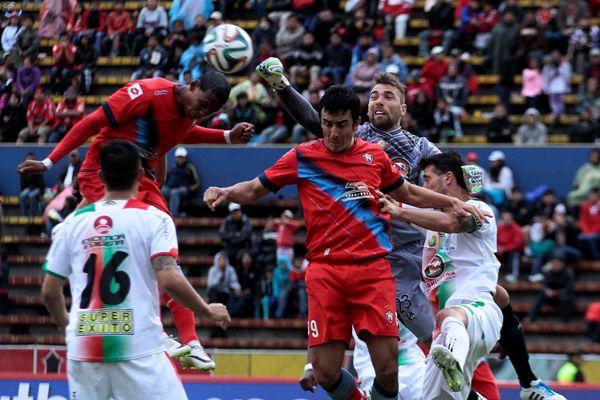 QUITO 10 DE MAYO DEL 2014. Nacional vs Mushuc Runa, en la foto Cesar Angulo (NAcional) y Alberto Biasquez (Mushuc Runa) .  FOTOS API / JUAN CEVALLOS.