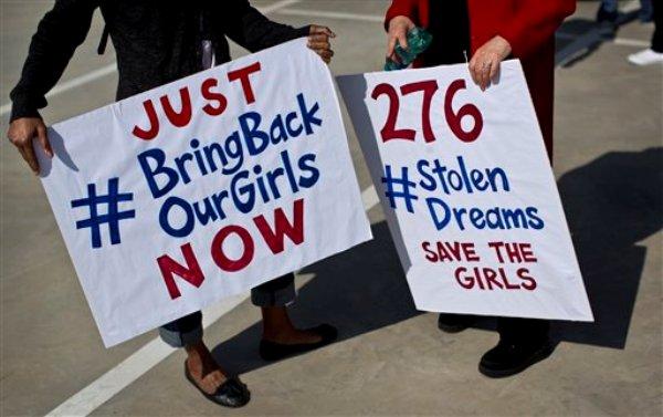 En una fotografía del jueves 8 de mayo de 2014, sudafricanos protestan para solidarizarse contra el secuestro de decenas de muchachas en Nigeria por parte del grupo extremista Boko Haram hace más de tres semanas. (Foto AP/Ben Curtis/Archivo)