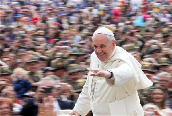 El papa Francisco saluda mientras llega a su audiencia general semanal en la Plaza de San Pedro, en el Vaticano, el miércoles 7 de mayo de 2014. (Foto AP/Alessandra Tarantino)