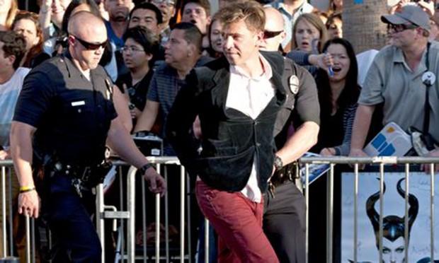Vitalii Sediuk es llevado por la Policiía en el estreno de Maléfica