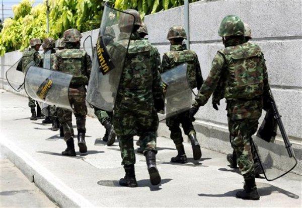 Soldados tailandeses se aprestan para realizar su tarea de resguardar el Club del Ejército en Bangkok, Tailandia el jueves 22 de mayo del 2014. Los miembros de la oposición en la profunda crisis política de Tailandia se reunieron el jueves para una segunda ronda de conversaciones mediadas por el comandante general del ejército, que recurrió a la ley marcial y luego convocó a los enconados rivales a fin de tratar de poner fin a seis meses de disturbios.(Foto AP/Apichart Weerawong)