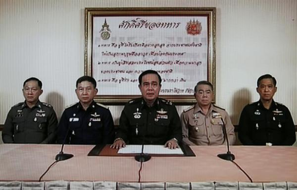 Imagen tomada de la televisión que muestra al jefe del Ejército tailandés, Prayuth Chan-Ocha (c), da un discurso en presencia del jefe de la Armada, el almirante Narong Pipattanasai (2º dcha), el jefe de las Fuerzas Aéreas, Prachin Chantong (2º izq), y el jefe de la Policía tailandesa, Adul Saengsingkaew (izq), y un oficial militar de alto rango no identificado durante una intervención televisada desde el Club del Ejército en Bangkok (Tailandia) hoy, jueves 22 de mayo de 2014. EFE/Rungroj Yongrit