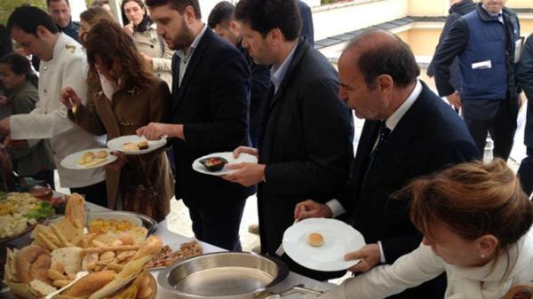 El buffet, pagado por una petrolera, costó cinco mil euros.