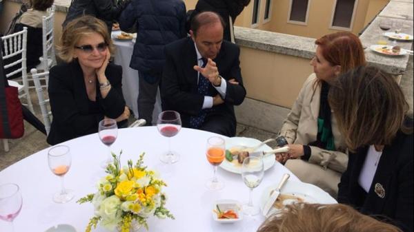 El periodista Bruno Vespa encabeza una de las mesas del banquete VIP en la terraza del Banco Vaticano. Foto difundida por el sitio dagoscopia.con