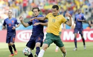 Blind y Mc Gowan disputan el balón en el partido Australia vs Holanda.(Australia, Holanda,Mundial de Fútbol) EFE/EPA/ARMANDO BABANI.