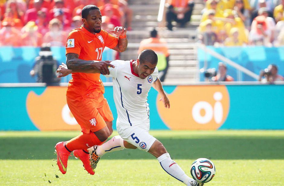 Jeremain Lens de los Países Bajos (L) y Francisco Silva de Chile, en acción durante el partido del Grupo B ronda preliminar entre los Países Bajos y Chile a los Corintios Arena en Sao Paulo, Brasil, 23 de junio 2014 Mundial de la FIFA 2014.  EFE/EPA/DIEGO AZUBEL