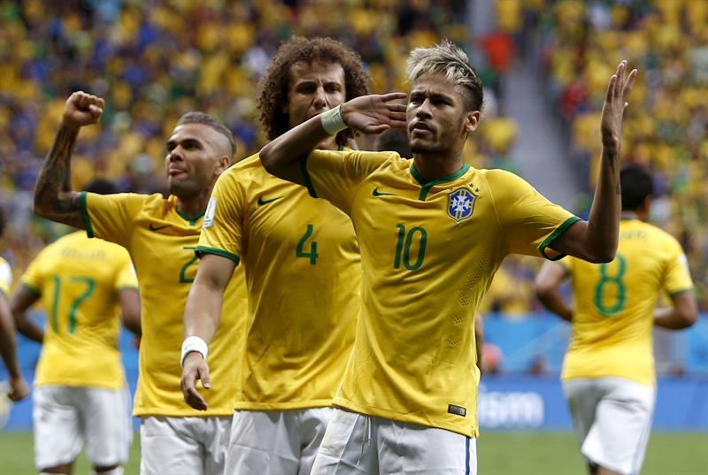 El delantero brasileño Neymar celebra con sus compañeros el gol marcado ante Camerún, durante el partido Camerún-Brasil, del Grupo A del Mundial de Fútbol de Brasil 2014, en el Estadio Nacional de Brasilia, Brasil, hoy 23 de junio de 2014. EFE/Marcelo Sayão